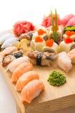 Los rollos de sushi sirvieron en una placa de madera en un restaurante Fotografía de archivo