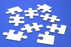 Los rompecabezas juntan las piezas del azul Imagenes de archivo