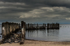 Los rompeolas en el mar Báltico Imagen de archivo