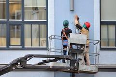 Los Roofers instalan el nuevo sistema del canal foto de archivo