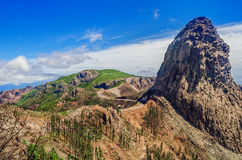 Los Roques & x28; O Rocks& x29; após um fogo, La Gomera, Ilhas Canárias, Espanha Consequências de um fogo Imagens de Stock