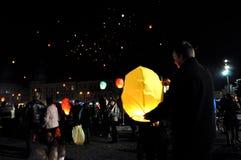 Los rumanos saludan a rey Michael con los globos del aire caliente en su día de nombre Fotografía de archivo