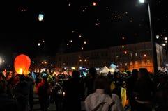 Los rumanos saludan a rey Michael con los globos del aire caliente en su día de nombre Imagenes de archivo