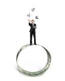 Los símbolos de cogida y que lanzan del hombre de negocios del dinero en el dinero circundan stock de ilustración