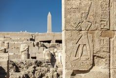 Los símbolos firman las figuras de los jeroglíficos del fnd de los Pharaohs en el wal Imágenes de archivo libres de regalías