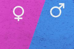 Los símbolos masculinos y femeninos Marte y Venus del género firman encima el fondo rosado y azul Imagen de archivo libre de regalías