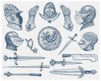 Los símbolos medievales, el casco y los guantes, el escudo con el dragón y la espada, el cuchillo y el macis del sistema grande,  Fotos de archivo