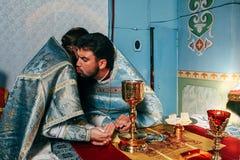 Los sacerdotes bendicen el pan Imagenes de archivo