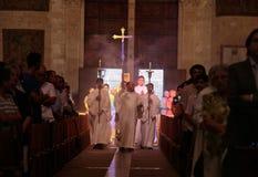 Los sacerdotes en una palma pascua de domingo se forman en la catedral de Palma de Mallorca Foto de archivo