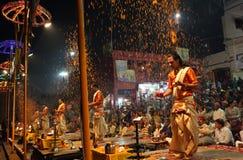 Los sacerdotes hindúes realizan un aarti en Varanasi, la India Foto de archivo libre de regalías