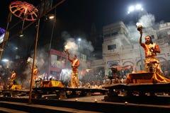 Los sacerdotes hindúes realizan un aarti en Varanasi, la India Fotografía de archivo libre de regalías