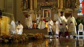 Los sacerdotes recolectan en la iglesia durante la celebración total almacen de video