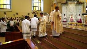 Los sacerdotes recolectan en la iglesia durante la celebración total almacen de metraje de vídeo