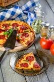 Los salchichones de la pizza cortaron en pedazos fotografía de archivo libre de regalías