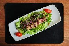 los salmones asados a la parrilla cubrieron en ensalada del sésamo con bulgur y verduras fotografía de archivo libre de regalías
