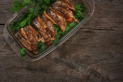 Los salmones cocieron en el horno con el limón y las hierbas frescas Imagenes de archivo