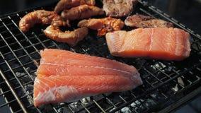 Los salmones estacan freír afuera metrajes