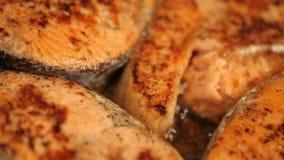 Los salmones frieron en una cacerola almacen de metraje de vídeo
