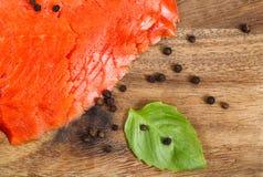 Los salmones rojos ahumados fríos en el servidor suben con las especias y la hierba Fotografía de archivo libre de regalías