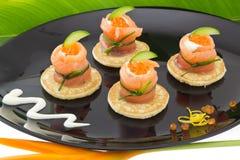 Los salmones rojos ruedan con queso, el caviar y el pepino Imágenes de archivo libres de regalías
