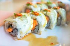 Los salmones ruedan el sushi con el foco selectivo del limón con el fondo borroso Fotos de archivo libres de regalías