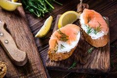 Los salmones sanos con requesón en la porción suben Fotos de archivo libres de regalías