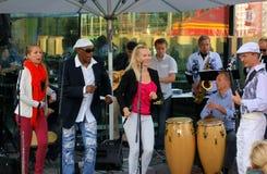 Los Salsanismo! Ausführung Live an der Terrasse der Helsinki-Kompaktanlage lizenzfreie stockfotos