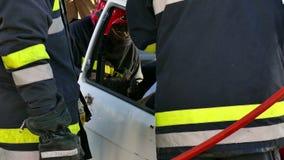 Los salvadores de los bomberos ayudaron a víctimas del accidente de tráfico metrajes