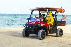 Los salvavidas dejan las chozas de la playa Imagen de archivo libre de regalías