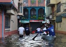 Los salvavidas están aquí ayudar a los residentes en una calle inundada de Bangkok, Tailandia en octubre de 2011 foto de archivo
