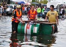 Los salvavidas están aquí ayudar a los residentes en una calle inundada de Bangkok, Tailandia en octubre de 2011 Imágenes de archivo libres de regalías