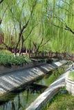 Los sauces verdes, el puente de m?rmol, y los r?os claros har?n un paisaje de la primavera, Pek?n China imagenes de archivo