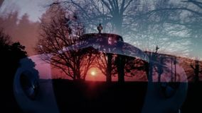 Los schot van Rolls Royce-het drijven door mooie zonsondergang op stock video