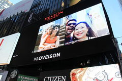 Los selfies de la gente que destellan en la carpa, Times Square, NYC, 2015 Foto de archivo