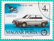 Los sellos con impreso en Hungría muestran el coche Imagenes de archivo