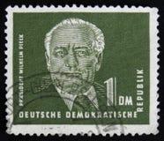 Los sellos de RDA Alemania muestran un retrato de primer presidente Wilhelm Pieck de República Democrática Alemana, circa los año Fotografía de archivo libre de regalías