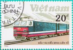 Los sellos impresos en Vietnam muestran el tren de la locomotora diesel Fotos de archivo