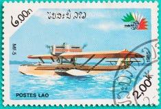 Los sellos usados con impreso en Laos muestran el avión Fotos de archivo