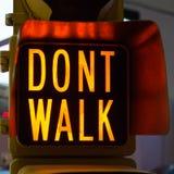 Los semáforos con no caminan, señal de la calle fotos de archivo libres de regalías