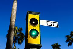Los semáforos con van muestra imagen de archivo