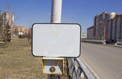 Los sem?foros del bot?n de encendido en el paso de peatones con una muestra en blanco imagen de archivo libre de regalías