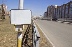 Los sem?foros del bot?n de encendido en el paso de peatones con una muestra en blanco foto de archivo