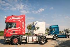 Los semitrucks de Scania parquearon a lo largo de la 'promenade' de la playa en Rivazzurra, Rímini Foto de archivo libre de regalías