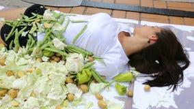 Los seres humanos vegetarianos del vegano que cocinan protesta enfocan hacia fuera almacen de metraje de vídeo