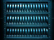 Los servidores apilan con los discos duros en el datacenter para el almacenamiento de la copia de seguridad y de datos Fotografía de archivo libre de regalías