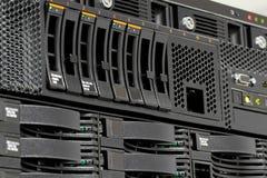 Los servidores empilan con los mecanismos impulsores duros en un datacenter Fotografía de archivo