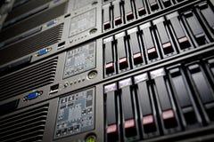 Los servidores empilan con los mecanismos impulsores duros en un datacenter Foto de archivo