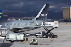 Los sevices de la comida cargan comidas sobre el aeroplano Imagen de archivo libre de regalías