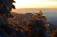 Los Shan nevados de Chilai de las montañas de Qilai se extienden en Taiwán en el amanecer Fotos de archivo
