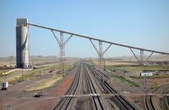Los silos usados para cargar entrenan en una mina de carbón en Dakota del Sur Foto de archivo libre de regalías